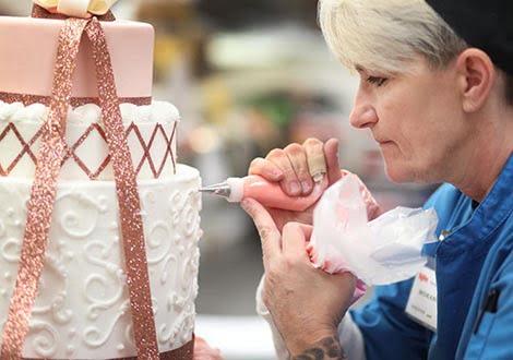 تزئینکنندهی کیک